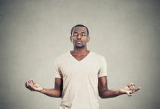 Junger meditierender Mann Lizenzfreies Stockbild