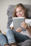 Junger Messwert der erwachsenen Frau auf einem Tablette-PC Lizenzfreies Stockbild