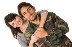 Junger Militärsoldat kommt zurück, um seine Frau zu treffen stockfoto