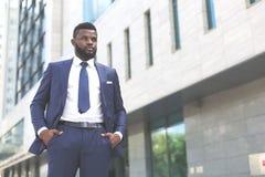Junger millenial afrikanischer Geschäftsmann schaut zum Wettbewerb bereit lizenzfreie stockbilder