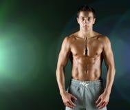 Junger männlicher Bodybuilder mit dem bloßen muskulösen Torso Stockfoto