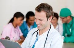 Junger männlicher Doktor Smiling an der Kamera Lizenzfreie Stockfotos