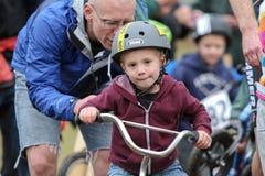 Junger männlicher Fahrrad-Rennläufer während des Cycloross Ereignisses Lizenzfreie Stockbilder
