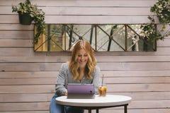 Junger Mode Blogger, der mit neuen Technologien arbeitet Lizenzfreies Stockfoto