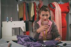 Junger Modedesigner bei der Arbeit Lizenzfreies Stockbild