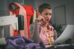Junger Modedesigner bei der Arbeit Stockfoto