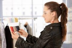 Junger Modedesigner, der im Büro arbeitet Stockbilder