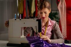 Junger Modedesigner Sew stockfotos