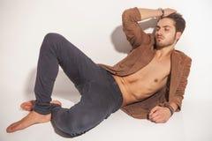 Junger Modemann, der auf dem Boden stillsteht Lizenzfreie Stockfotografie