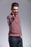 Junger Modemann, der den Daumen herauf Geste zeigt Stockfotos