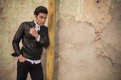 Junger Modemann, der eine Hand in seiner Tasche hält Lizenzfreies Stockbild