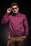 Junger Modemann, der seine Hand in der Tasche hält Lizenzfreie Stockfotos