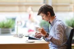 Junger Modemann/trinkender Espressokaffee des Hippies Lizenzfreies Stockfoto