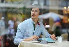Junger Modemann/trinkender Espressokaffee des Hippies im Stadtcafé Stockbild
