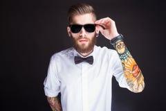 Junger moderner Hippie-Mann im weißen Hemd Stockfoto