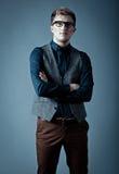 Junger moderner Mann in einem Hemd, in einer Weste und in einem glasse Lizenzfreie Stockbilder