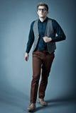 Junger moderner Mann in einem Hemd, in einer Weste und in einem glasse Stockbilder
