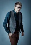 Junger moderner Mann in einem Hemd, in einer Weste und in einem glasse Lizenzfreie Stockfotografie