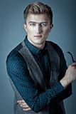 Junger moderner Mann in einem Hemd, in einer Weste und in einem glasse Lizenzfreies Stockfoto