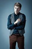 Junger moderner Mann in einem Hemd, in einer Weste und in einem glasse Stockfotografie