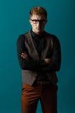 Junger moderner Mann in einem Hemd, in einer Weste und in Gläsern Lizenzfreies Stockfoto
