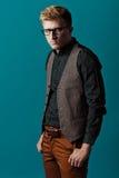 Junger moderner Mann in einem Hemd, in einer Weste und in Gläsern Lizenzfreie Stockfotos