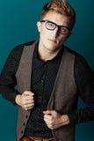 Junger moderner Mann in einem Hemd, in einer Weste und in Gläsern Lizenzfreies Stockbild
