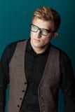 Junger moderner Mann in einem Hemd, in einer Weste und in Gläsern Stockbilder