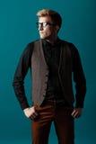 Junger moderner Mann in einem Hemd, in einer Weste und in Gläsern Lizenzfreie Stockbilder