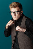 Junger moderner Mann in einem Hemd, in einer Weste und in Gläsern Stockfotos