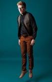 Junger moderner Mann in einem Hemd, in einer Weste und in Gläsern Stockbild