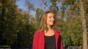 Junger moderner Student, der herauf die Treppe zur Universität, Halt draußen überrascht und an einem sonnigen Tag überrascht geht stock footage