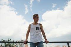 Junger modischer blonder Hippie des Porträts in der Stadt Lizenzfreie Stockfotos
