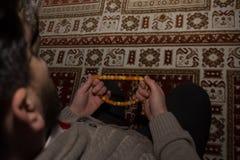 Junger moslemischer Mann beten Stockbild