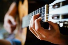 Junger Musiker, der Akustikgitarre spielt Lizenzfreies Stockbild