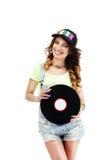 Junger Musiker in der Baseball-Mütze mit Retro- Vinyldiskette Stockfoto