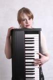 Junger Musiker mit ihrer Tastatur Lizenzfreies Stockfoto