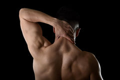 Junger muskulöser Sportmann, der den wunden Hals massiert die leidenden Körperschmerz des Zervikalbereichs hält stockbild