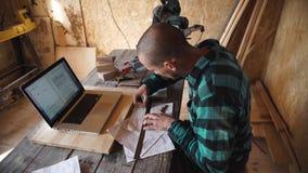 Junger mutiger Tischler mit Schnurrbartzeichnung in seiner Werkstatt stock video
