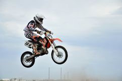 Junger MX-Mitfahrer auf einem Motorrad in der Luft Stockfotos