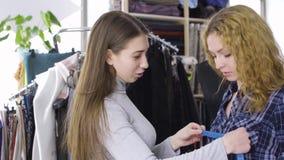 Junger Needlewoman, der Maßnahmen des weiblichen Kunden ergreift stock video