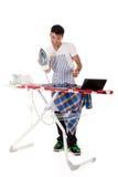 Junger nepalesischer Mann, bügelnde Onlinelektionen Stockfoto