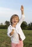 Junger netter Junge, der eine geschmackvolle Eiscreme isst Lizenzfreies Stockfoto