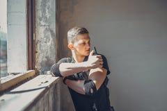 Junger Offizier hält einen Radiosender und gibt Bestellungsunterteilung lizenzfreies stockbild