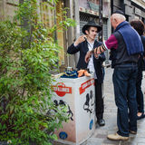 Junger orthodoxer jüdischer Mann bespricht das Tefilline mit einem Passanten Lizenzfreies Stockfoto