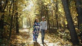 Junger Paar-Mann und Frau, die in Liebes-romantischem im Freien mit Waldnatur auf modischer Art Hintergrund Mode umarmt stock footage