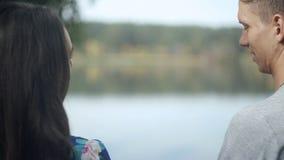 Junger Paar-Mann und Frau, die in Liebes-romantischem im Freien mit Waldnatur auf modischer Art Hintergrund Mode umarmt stock video