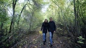 Junger Paar-Mann und Frau, die in Liebes-romantischem im Freien mit Waldnatur auf modischer Art Hintergrund Mode umarmt stock video footage