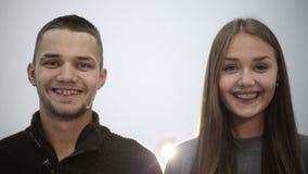 Junger Paarjunge und lächelnde Zähne des Mädchens zusammen mit Klammern Mittlerer Schuss stock video