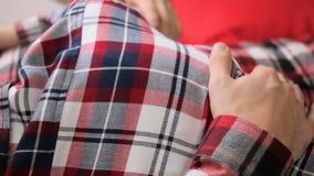 Junger Paarjunge und -mädchen in den karierten Hemden stock footage